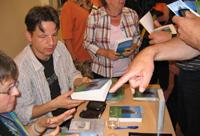 Stefan Wolter signiert seine Bücher