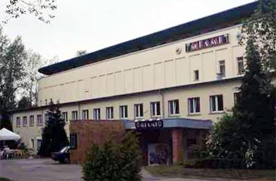 Theatergebäude im Zentrum der Anlage